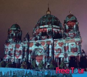 los mejores pub crawls y tours nocturnos de berlin 10 300x267 - Los Mejores Pub Crawls y Tours Nocturnos de Berlín