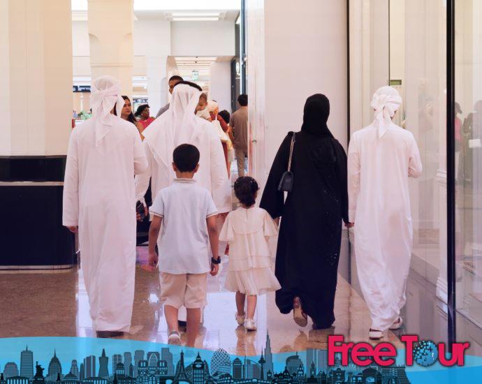 ropa tradicional emirati 690x550 - Ropa tradicional emiratí